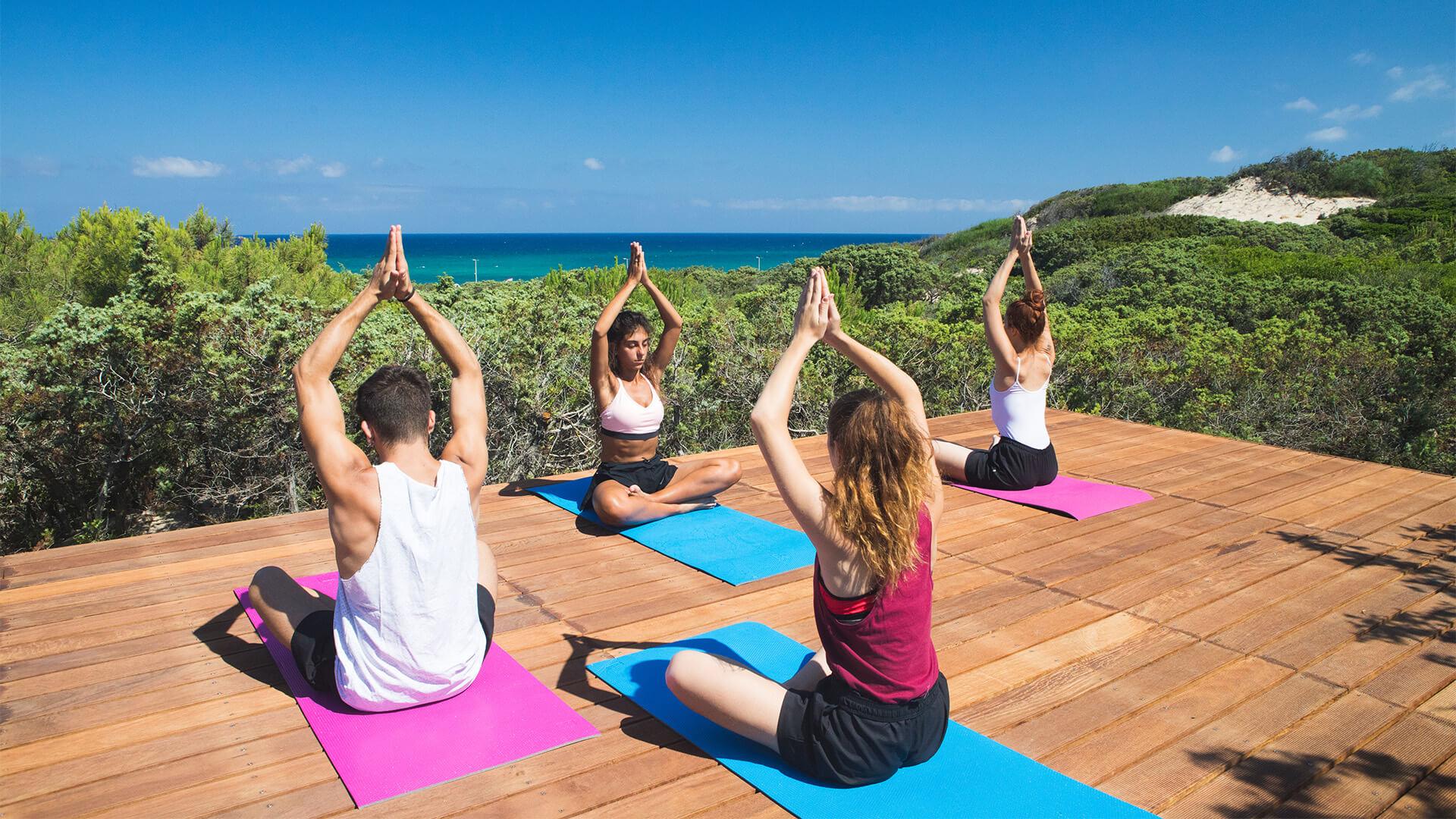 Le pedane yoga tra i ginepri secolari del Resort & SPA Le Dune, Badesi